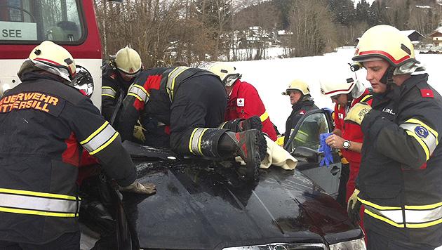 Zug rammt Auto - Mutter tot, Vater und Tochter verletzt (Bild: APA/FF MITTERSILL)