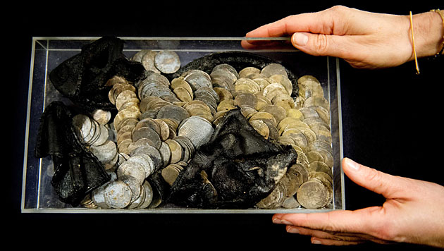 Archäologen finden in uraltem Schuh kleinen Schatz (Bild: EPA)