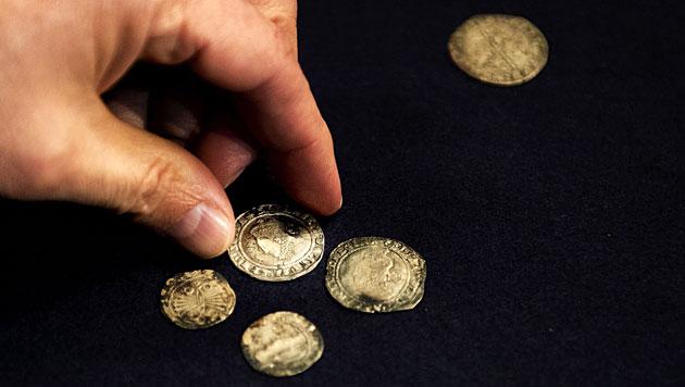 Arch�ologen finden in uraltem Schuh kleinen Schatz (Bild: EPA)