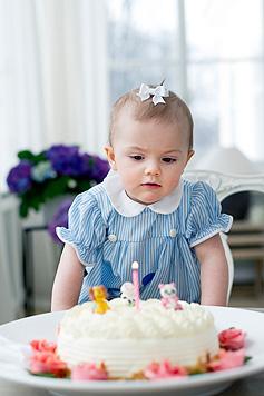 Prinzessin Estelle lässt sich ihre Torte schmecken (Bild: Sveriges Kungahus/Kate Gabor)