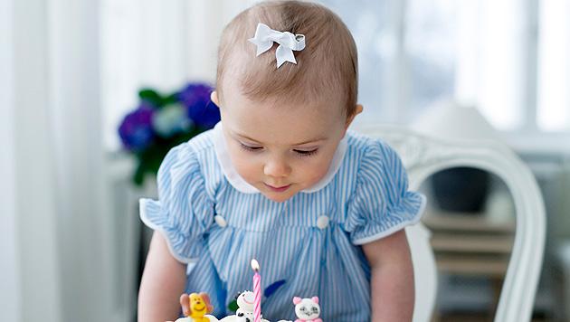 Prinzessin Estelle l�sst sich ihre Torte schmecken (Bild: Sveriges Kungahus/Kate Gabor)