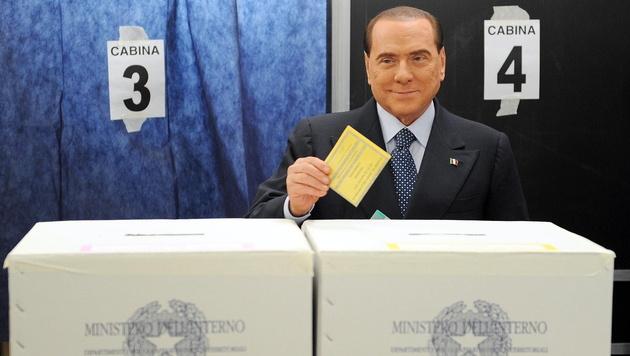 Oben-ohne-Protest bei Berlusconis Stimmabgabe (Bild: EPA)