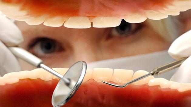 Mann schoss sich versehentlich bei Zahnarzt an (Bild: dpa/Hans Wiedl)