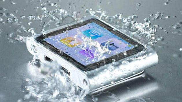 Nano-Beschichtung macht Smartphones wasserdicht (Bild: P2i)