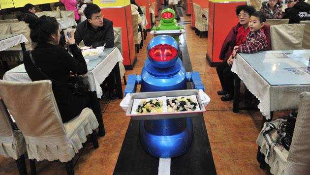 Restaurant in China setzt auf Roboter als Bedienung (Bild: EPA)