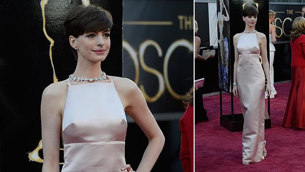 Anne Hathaway entschuldigt sich für rosa Nippel-Kleid (Bild: EPA)