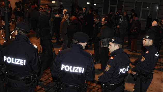 Flüchtlingssprecher vor Votivkirche festgenommen (Bild: APA/HERBERT P. OCZERET)
