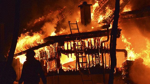 Maschinenhalle in NÖ brannte nieder - Lagergut vernichtet (Bild: APA/AFK/KIRCHBERG/PIELACH)
