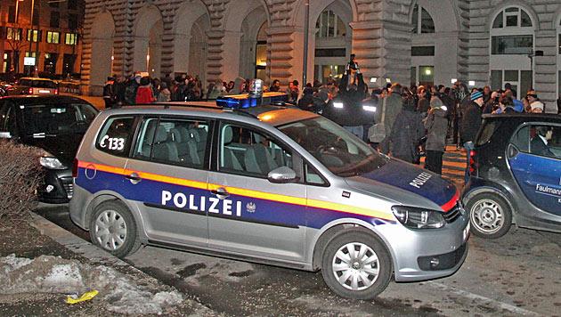 """Proteste gegen """"Polizeiwillkür"""" in Wiener Votivkirche (Bild: Andi Schiel)"""