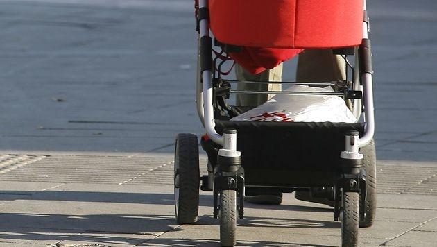 Sbg: Kinderwagen stürzt in Bach - Baby unversehrt (Bild: APA/HERBERT PFARRHOFER (Symbolbild))