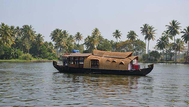 Auf Keralas Flüssen zur inneren Ruhe treiben lassen (Bild: Werner Kopacka)