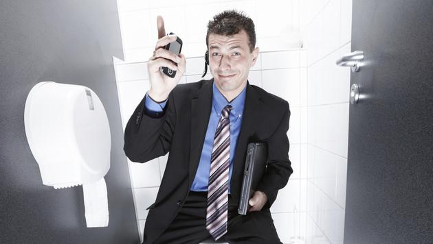 Ein Viertel der Männer pinkelt für Handy im Sitzen (Bild: thinkstockphotos.de)