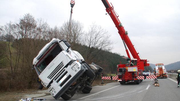 40-Tonnen-Brummi mit Betonladung umgestürzt (Bild: Einsatzdoku.at)