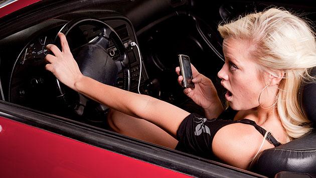 SMS am Steuer: Frau verletzte Radfahrer schwer (Bild: thinkstockphotos.de)