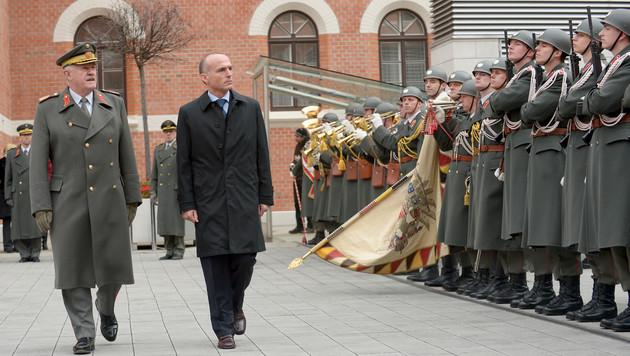 """""""Großkalibriger"""" Abschied für General Entacher (Bild: APA/ROLAND SCHLAGER)"""