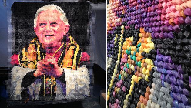 Künstlerin knüpft Papst-Porträt aus 17.000 Kondomen (Bild: Niki Johnson)