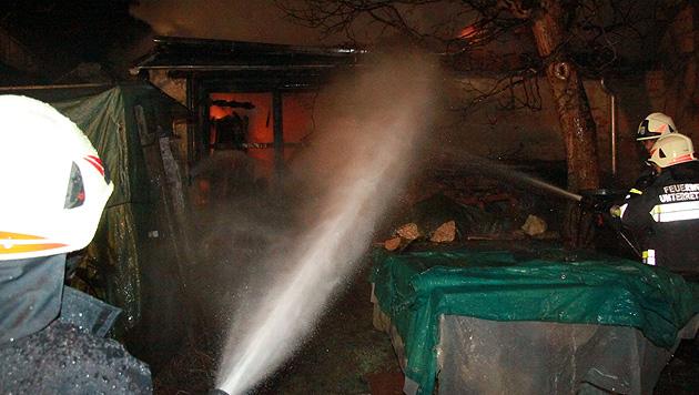 NÖ: Scheune und Gartenhaus gehen in Flammen auf (Bild: FF Retz)