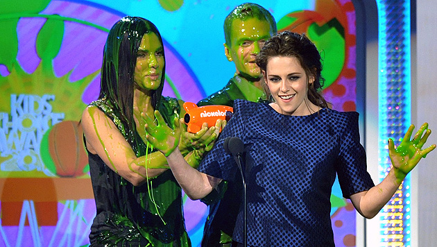 Trophäe für Kristen Stewart, grüner Schleim für Bullock (Bild: AP)