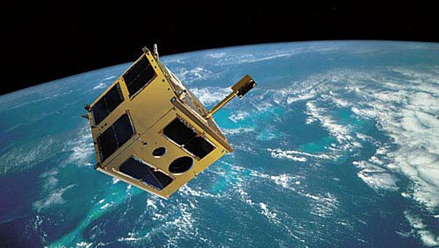 """Illustration: Der österreichische Satellit """"TUGSAT-1"""" im Erdorbit (Bild: TU Graz)"""