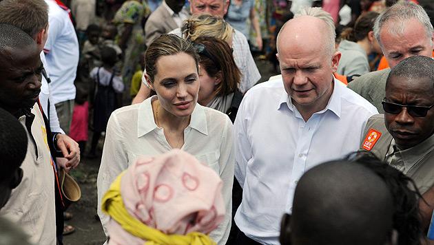 Angelina Jolie besucht im Kongo Flüchtlingscamp (Bild: EPA)