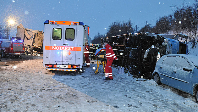 Nach Massenunfall auf A1: Lenker will Asfinag verklagen (Bild: APA/PAUL PLUTSCH)