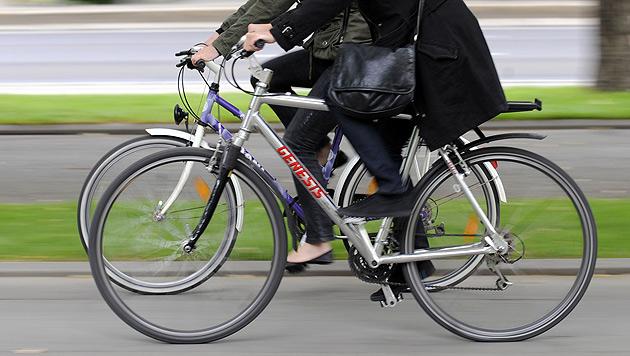 Ab sofort in Kraft: 50 Euro Strafe für Handy am Fahrrad (Bild: APA/Roland Schlager)