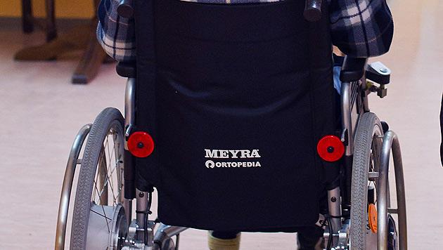 Rentner saß mit Rollstuhl-Lift fest (Bild: dpa-Zentralbild/Patrick Pleul)