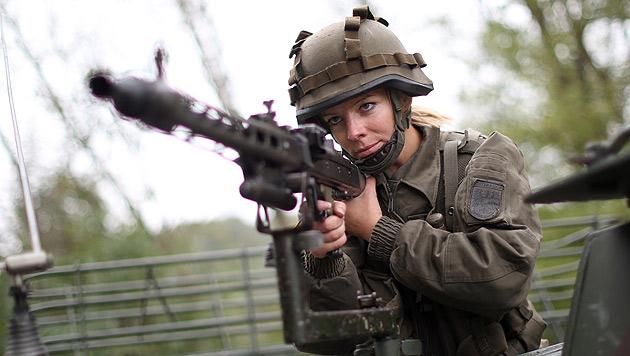Schweiz: Kommt bald die Wehrpflicht für Frauen? (Bild: APA/GEORG HOCHMUTH)