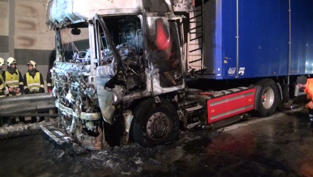 Lkw-Zugfahrzeug brannte auf der A1 in NÖ lichterloh (Bild: Einsatzdoku.at)