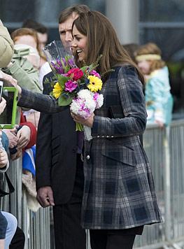 Herzogin Kate zeigt in Glasgow ihr Babybäuchlein (Bild: AP)