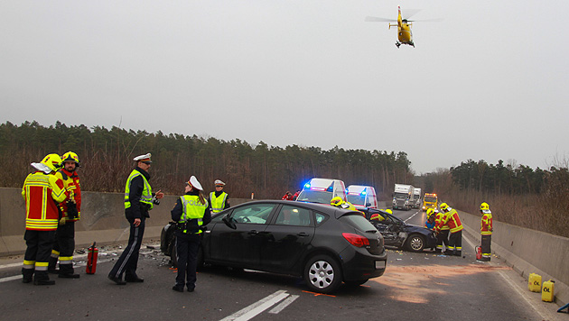 Zwei Kinder bei Autounfall in OÖ schwer verletzt (Bild: Matthias Lauber)