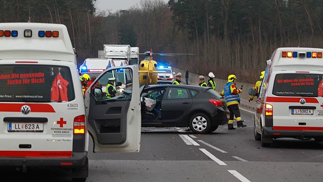 Zwei Kinder bei Autounfall in OÖ schwer verletzt (Bild: laumat.at)