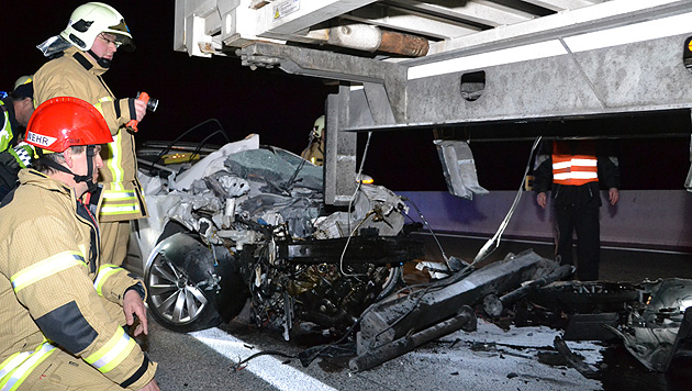 NÖ: Auto schiebt sich unter Anhänger - 2 Schwerverletzte (Bild: Einsatzdoku.at)