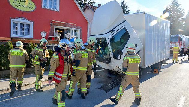Lkw-Fahrerkabine kippte nach vorne - Kind (7) verletzt (Bild: Bernhard Singer /Pressestelle BFK Mödling)