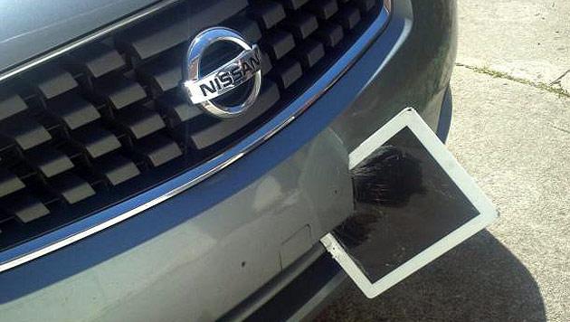 "iPad überlebt Fahrt in Stoßstange nahezu ""unverletzt"" (Bild: twitter.com/Alexa Crisa)"