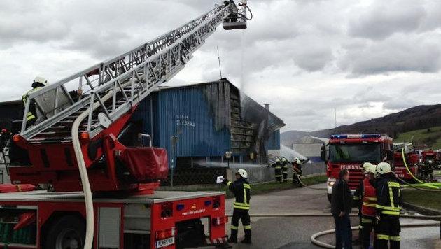 Explosionsgefahr in NÖ: Feuerwehr und Cobra im Einsatz (Bild: Einsatzdoku.at)