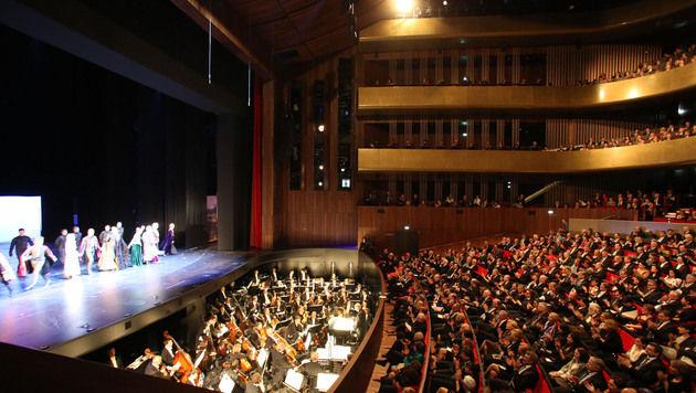 Linzer Musiktheater mit fulminanter Show eröffnet (Bild: Chris Koller)