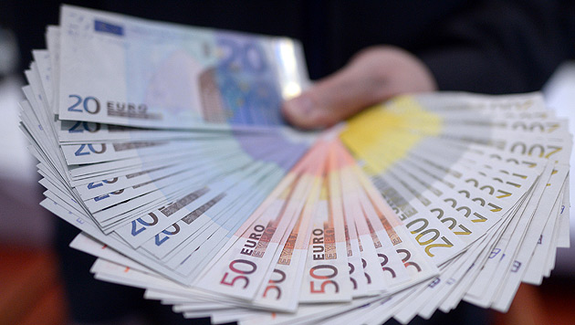 21-Jährige findet auf Straße Kuvert mit 15.000 € (Bild: dpa/Federico Gambarini)