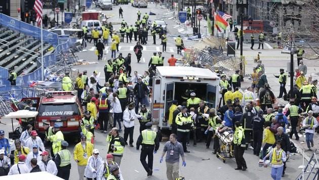 http://imgl.krone.at/Bilder/2013/04/15/Terroranschlag_bei_Marathon_in_Boston_-_Tote_und_Verletzte-Bomben_gezuendet-Story-358286_630x356px_1443024e433fd54869c5cc20cec3c322__boston_marathon_explosion___-_ap-bild_-_15_04_13_-_ap21870_-_vollbild_j.jpg