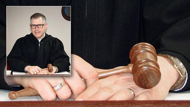 Eigenes Handy störte: Richter bestraft sich selbst (Bild: AP, krone.at-Grafik)
