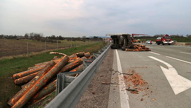 Lkw verlor Ladung: A2 über 2 Stunden lang gesperrt (Bild: St. Schneider/Pressestelle BFK Baden)