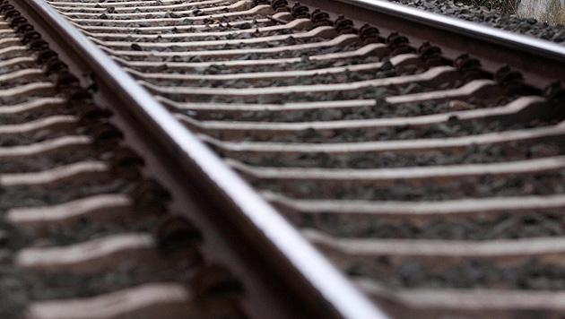 Als Mutprobe vor Zug gestellt: Bursche verletzt (Bild: APA/dpa/Frank Rumpenhorst (Symbolbild))