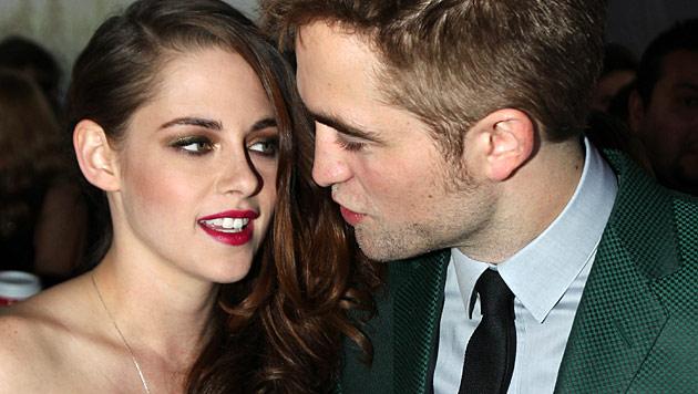 Pattinson schenkt Stewart Perlenring seiner Großmutter (Bild: AP)
