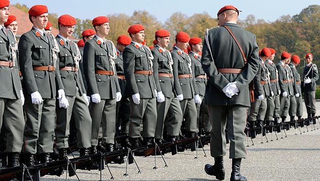 Bundesheer hat zu viele Berufsoffiziere (Bild: APA/ROLAND SCHLAGER)