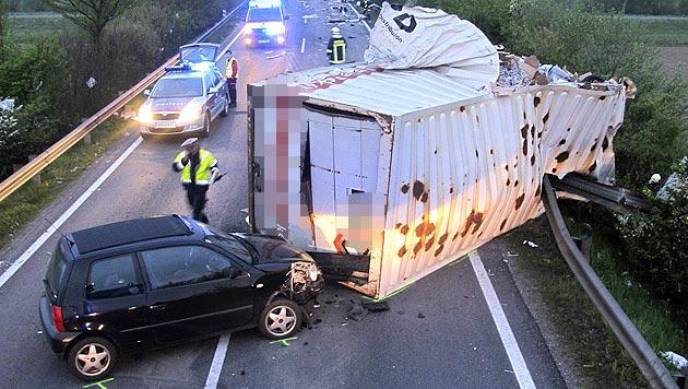 Lkw-Lenker stirbt bei Kollision mit Lastwagen in OÖ (Bild: APA/FF SCHWERTBERG)