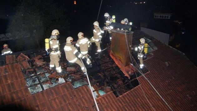 Salzburg: Brand nach Blitzeinschlag in Bauernhaus (Bild: FF Abtenau)