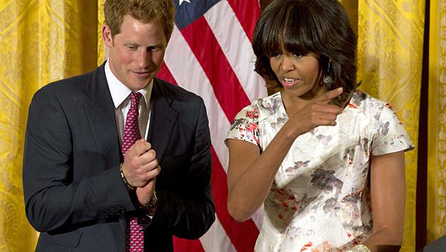 Prinz Harry mit Michelle Obama (Bild: AP)