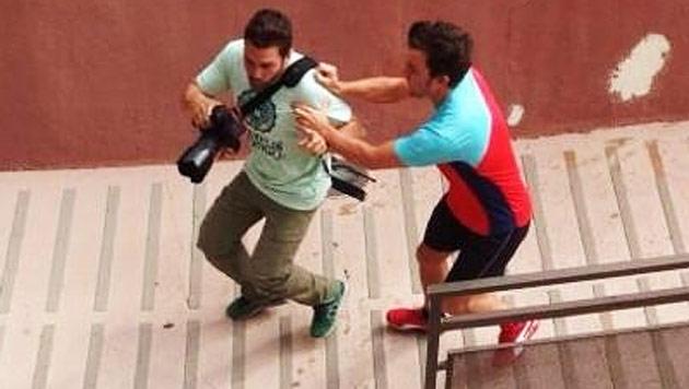 Alonso schlägt Paparazzo 6.000-Euro-Kamera kaputt (Bild: twitter.com)