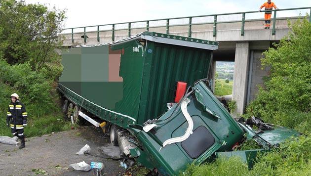 Lkw stürzt von Autobahn in NÖ acht Meter in Tiefe (Bild: APA/PAUL PLUTSCH)