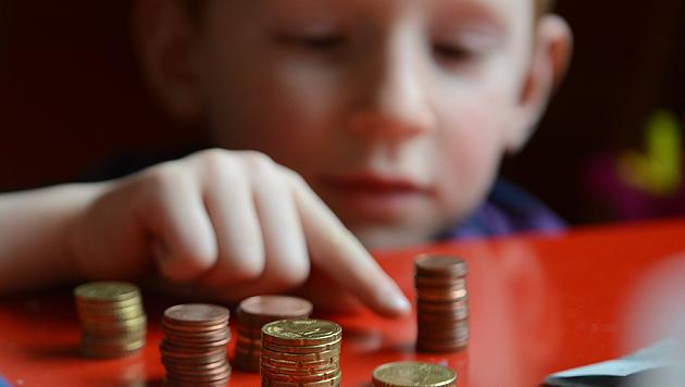 4 von 10 Kindern erhalten regelmäßig Taschengeld (Bild: dpa-Zentralbild/Jens Kalaene)